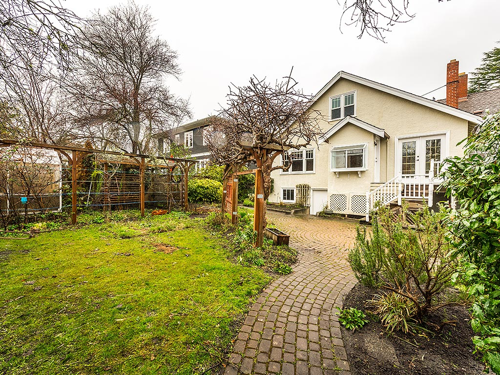 Additional photo for property listing at 2777 Dewdney Ave Victoria, British Columbia,Canada