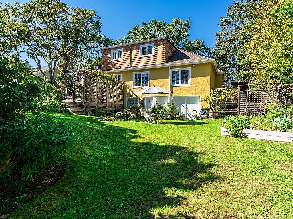 Additional photo for property listing at 1903 Hampshire Rd Victoria, British Columbia,Kanada