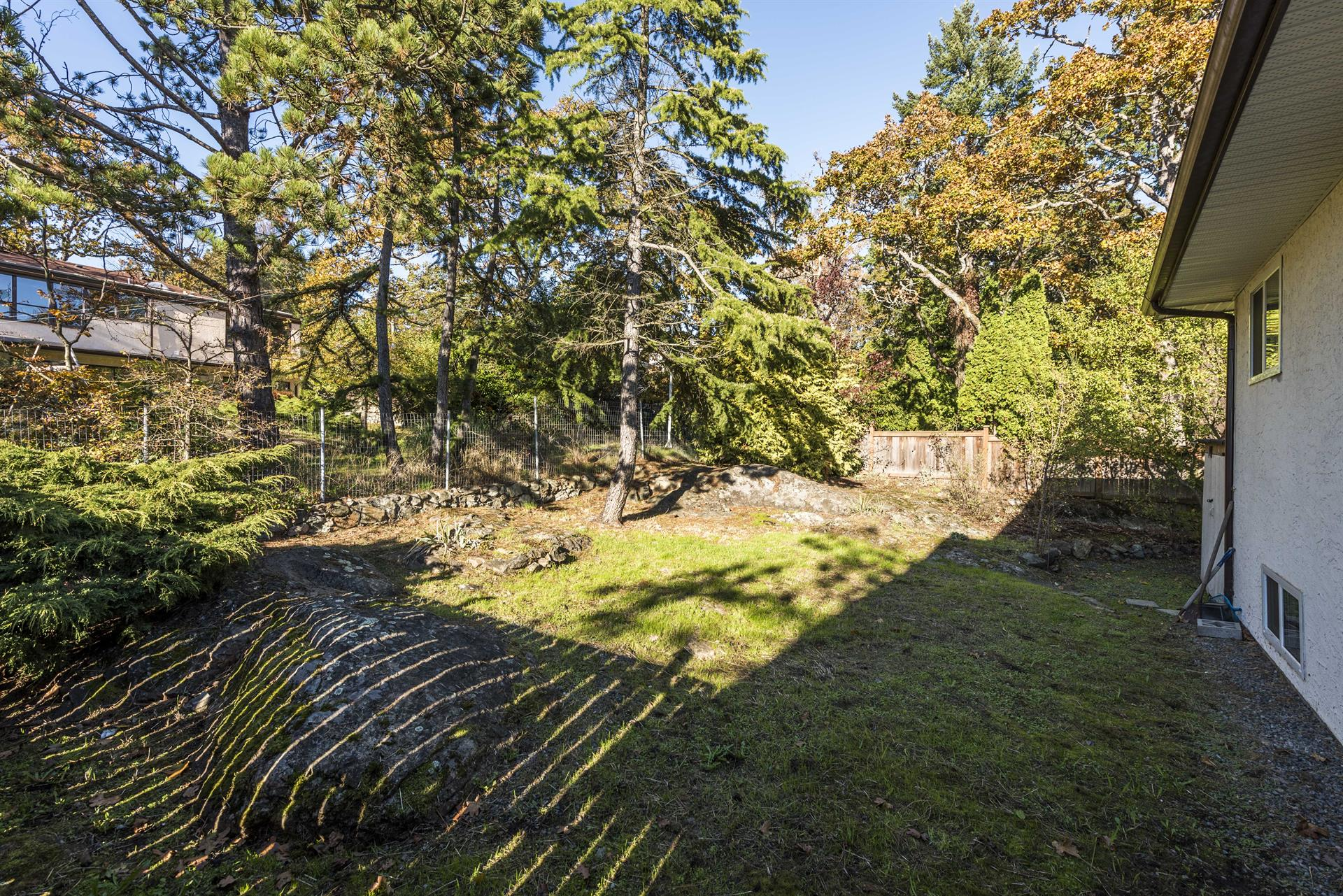Additional photo for property listing at 868/870 Glengarry Pl Victoria, Brits-Columbia,Canada