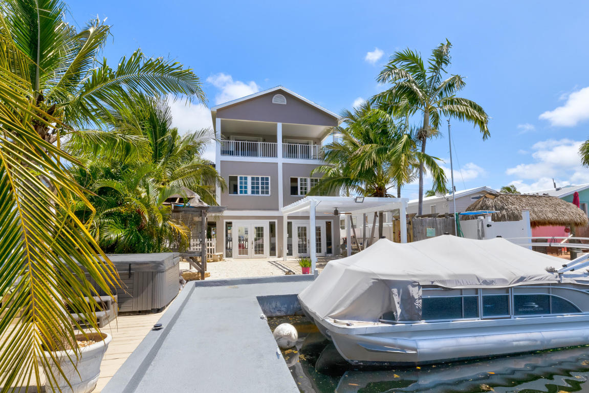 Single Family Home 为 销售 在 720 Boyd Dr. 拉哥, 佛罗里达州,33037 美国